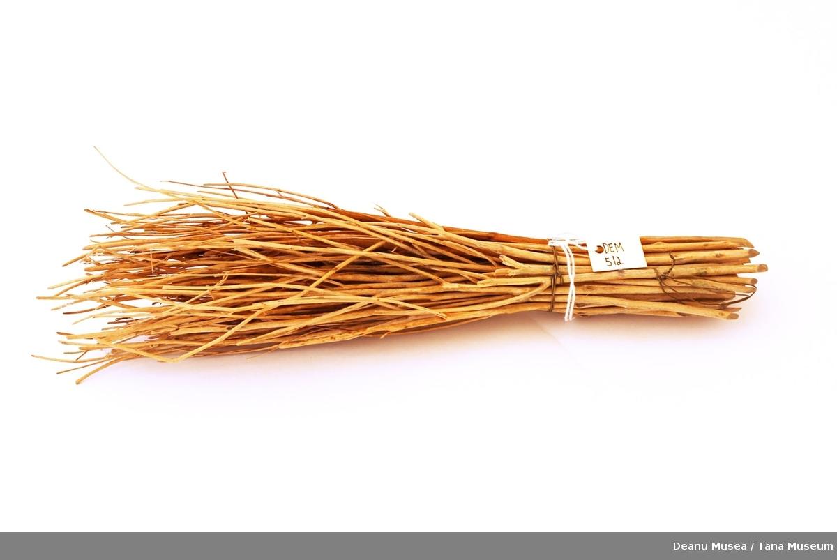 Vispen er lagd av ris som er bundet med metalltråd.