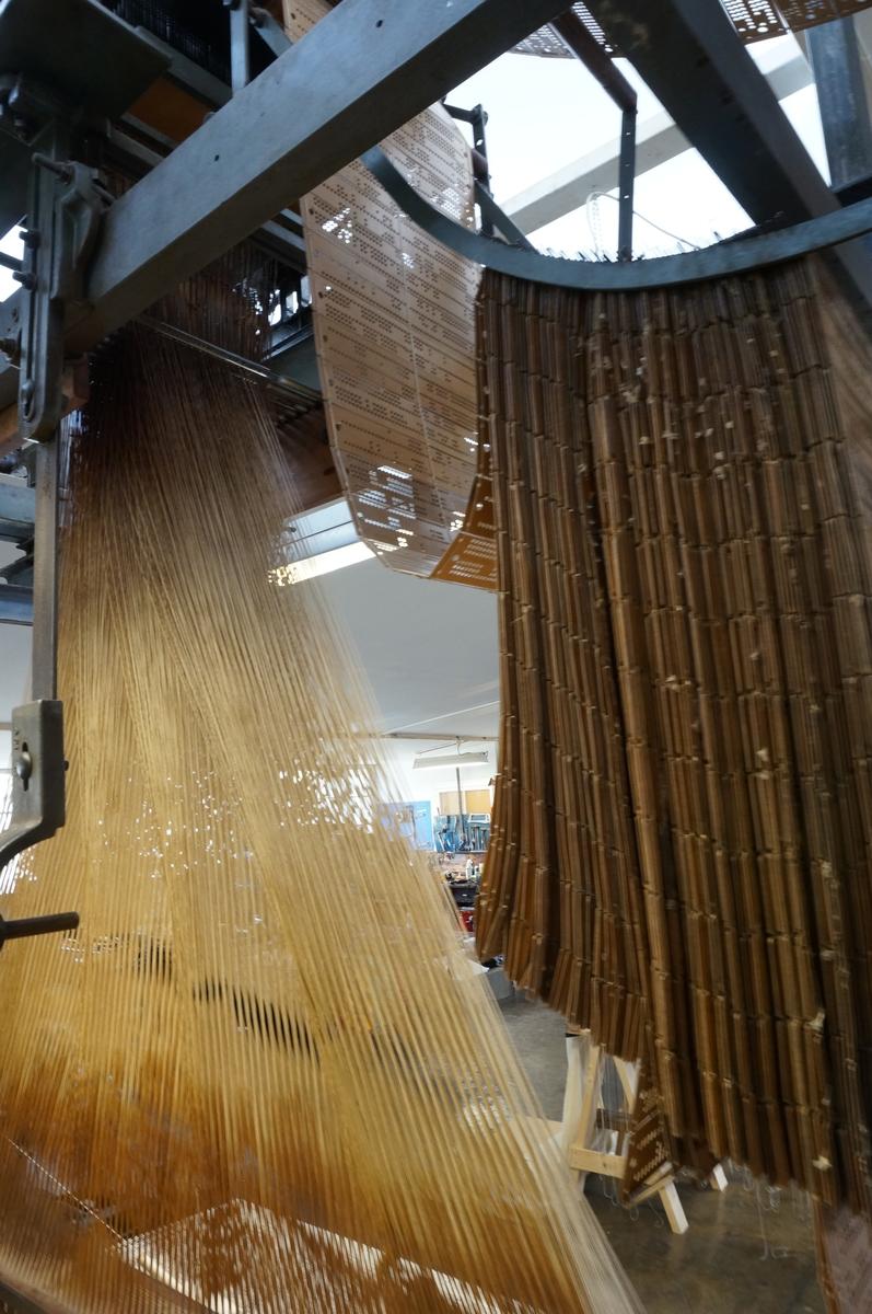Mekanisk vevstol etter patent av Joseph Maria Jaquard 1801. Jaquardveven regnes som verdens første datamaskin der mønsterrapport styres av hullkortsystemet. Hvert innslag er ett hullkort. Maskinen har 1600 hullkort. Skyttelen veier i underkant av 2 kg og har en fart på ca 100 km i timen på innslaget. Videre består maskinen av en rennebom med inntil 2000 renningstråder som knyttes inn for hånd.