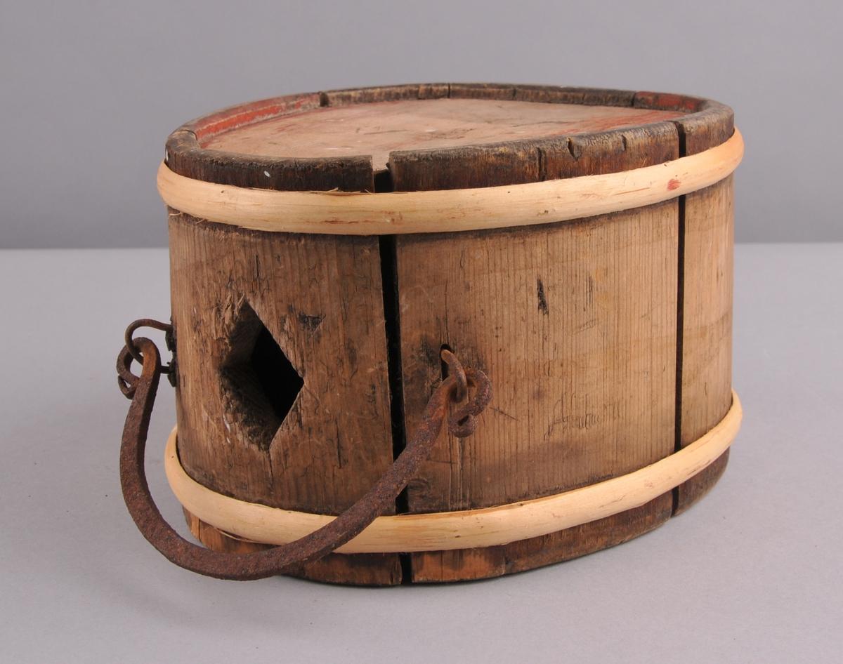 Oval kagge, sett saman av åtte stavar og to gjorder. Eit rombeforma hol på toppen av kagga. Jernhandtak.