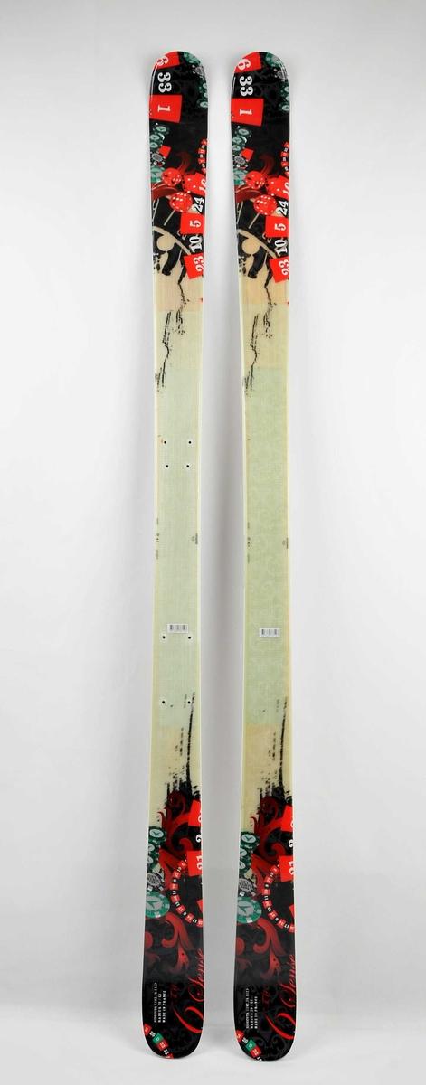 Alpinski laga av glasfiber. Twintipski, ekstra stålkantar på midten gjer dei egna for railing. Grønlig overside, fargerikt motiv med terningar og tal. Stålkantar langs såla.