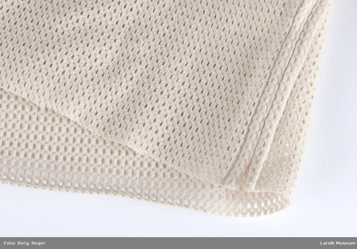 Stoffrull. Små hullmønster, strekk i bredden, dbl. sydd sammen i ene langsiden
