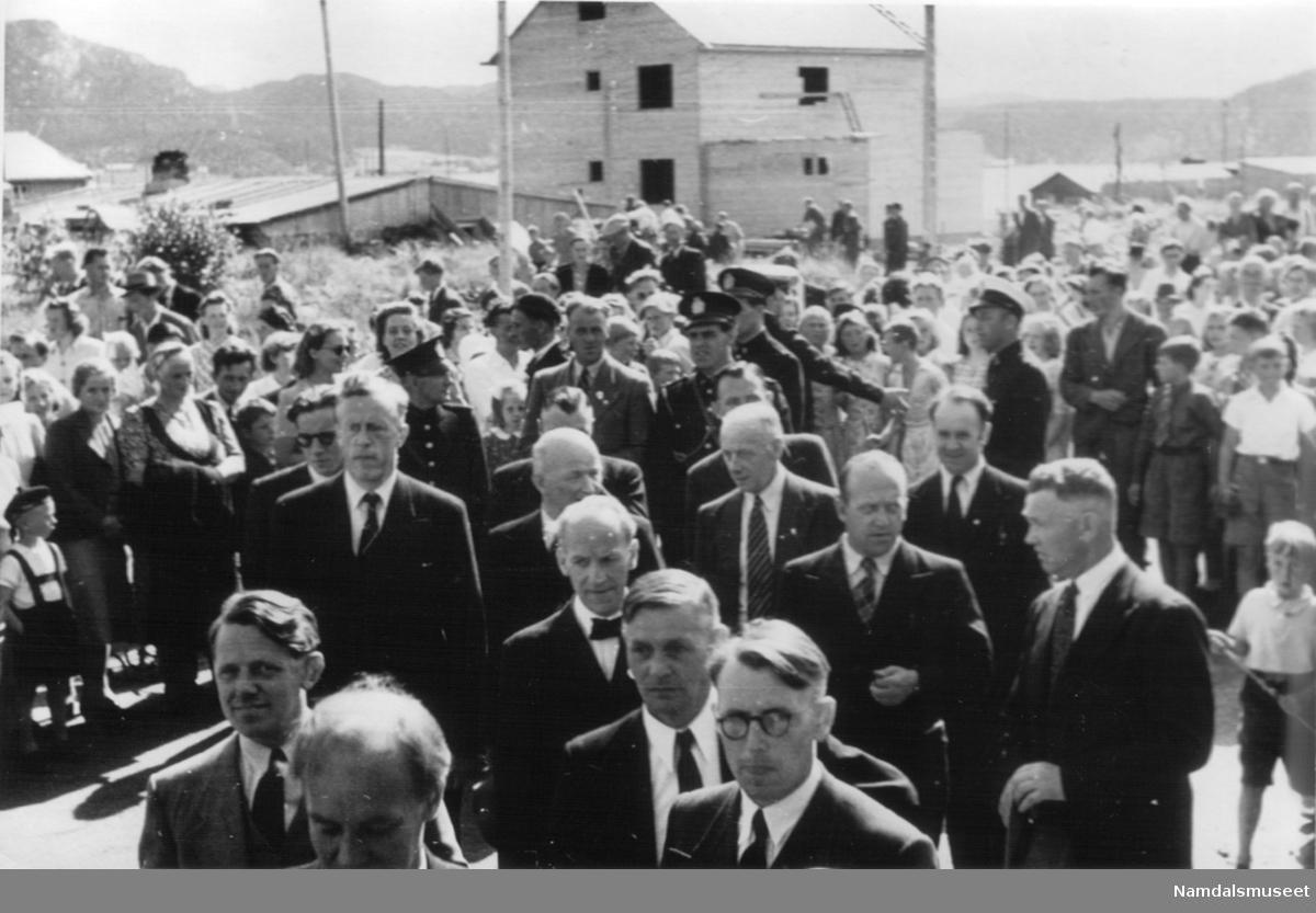 Fra Kongebesøket i 1946. Folkemengde som lytter til kongens tale.