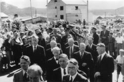 Fra Kongebesøket i 1946. Folkemengde som lytter til kongens