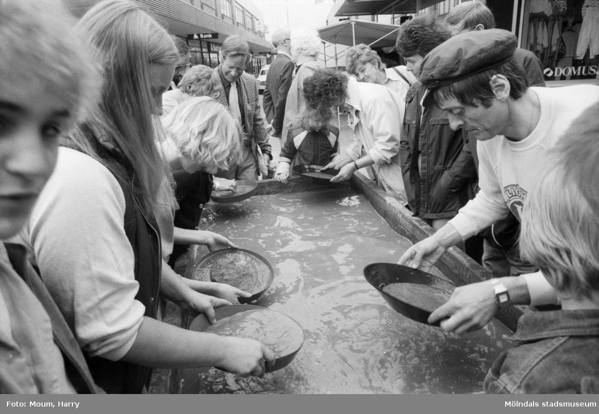Aktivitet anordnad av Lions Club på Mölndals Torg, år 1984. Möjligen i samband med vårmarknaden. Fotografi taget av Harry Moum, HUM, Mölndals-Posten.