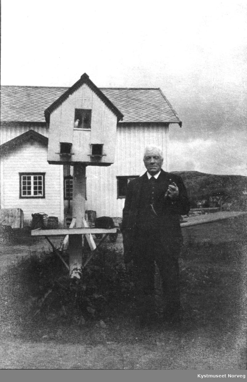 Kjøpmann Johan Berg på tunet ved Berggården