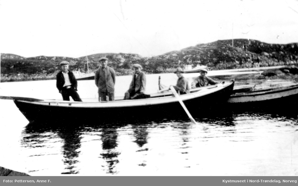 Johs Furre, Kristian Tønder Andersen, Otto F. Pettersen, Aksel Johansen og Anders Akselsen. Utror til godsrutebåten på Leka