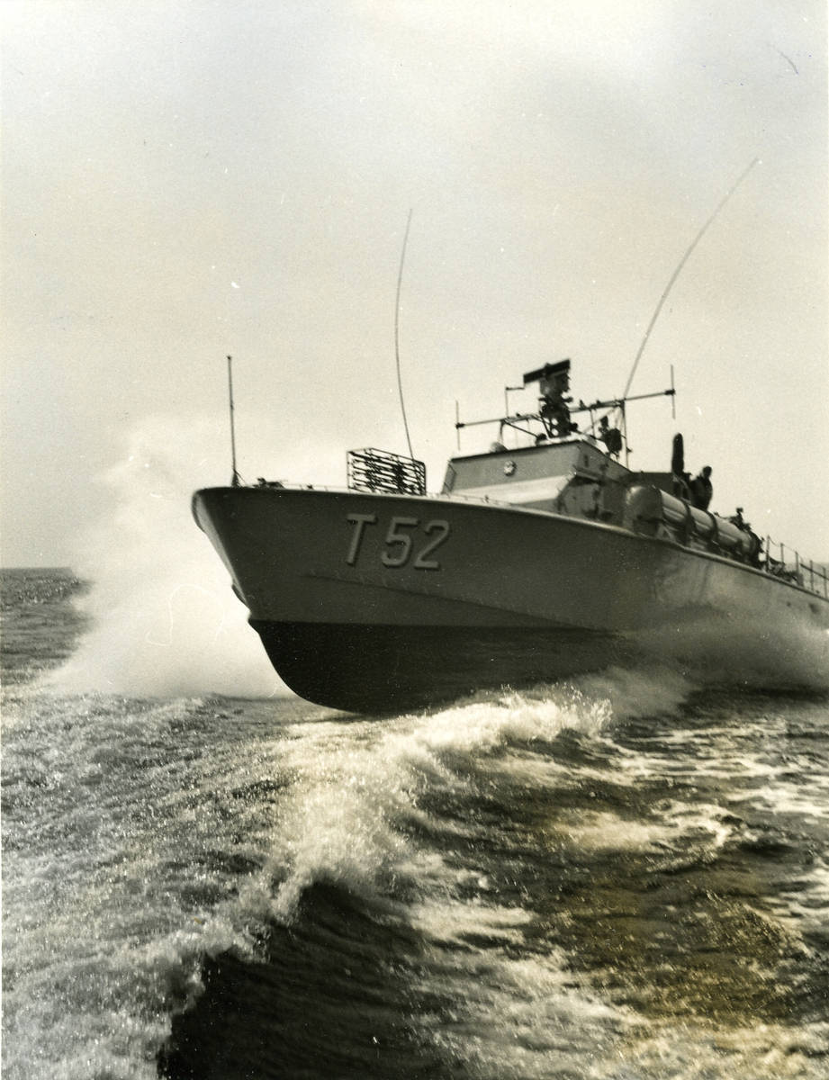 Fartyg: T52                            Bredd över allt 5,9 meter Längd över allt 23 meter Reg. Nr.: T52 Rederi: Kungliga Flottan, Marinen Byggår: 1959 Varv: Kockums