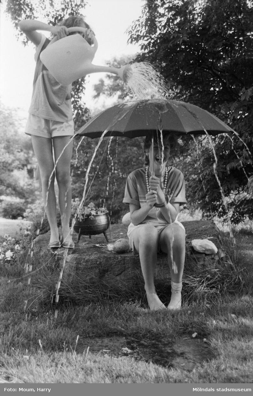 Regnig sommar, år 1984. Marie och Helen Semmelhofer från Kållered.  För mer information om bilden se under tilläggsinformation.