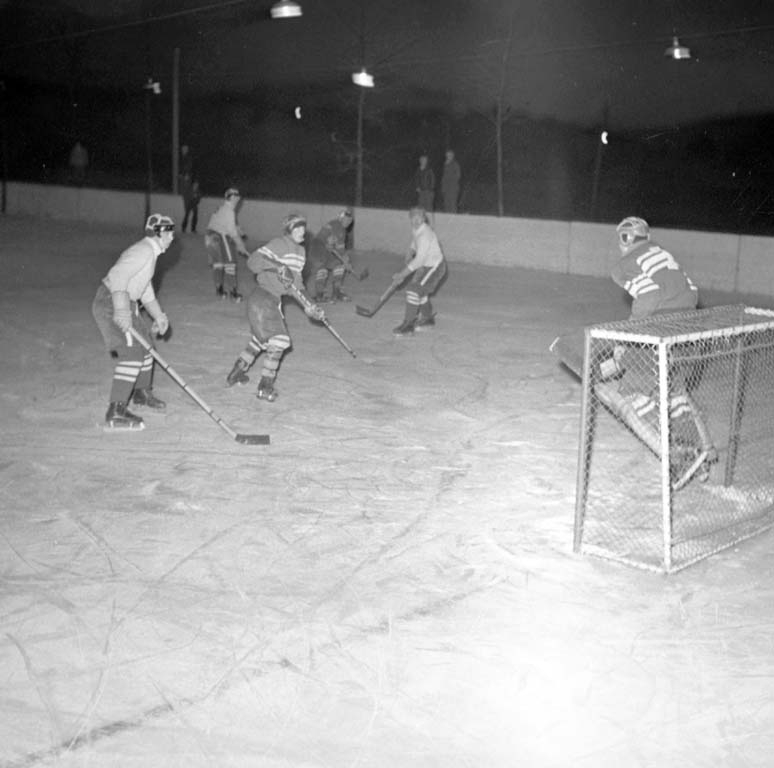 "Enligt notering: ""Ishockey. I.F.K. Munkedal 13/2 1960""."