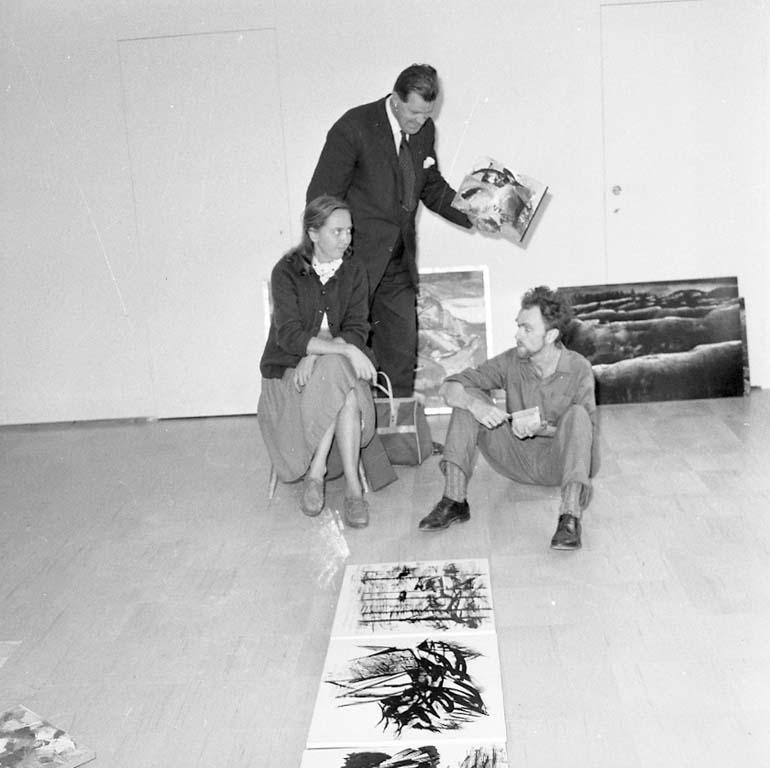 Hängning av utställning med verk av Kurt Dejmo på Nyttokonst i Uddevalla hösten 1960