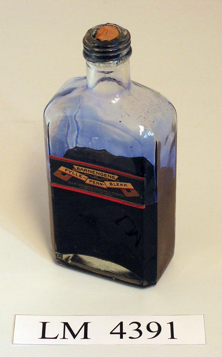 Blekkflaske som inneholder flytende blekk.  Form:  rektangulær grunnform