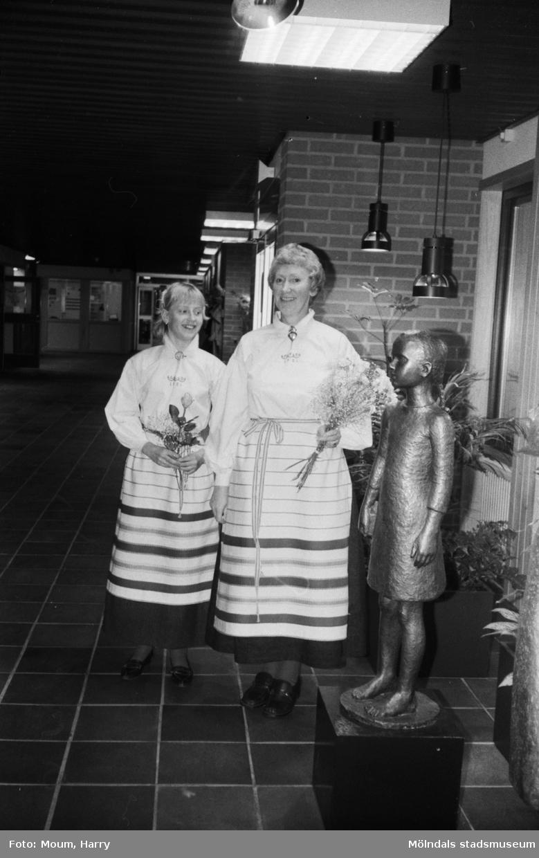 """Uppvisning av Kållereds bygdedräkt under Hem och Skolas årsmöte på Ekenskolan i Kållered, år 1983. """"Mor och dotter mannekängade. Anneli (t v ) och Maj Britt Andersson i Kållereds dräkt.""""  För mer information om bilden se under tilläggsinformation."""
