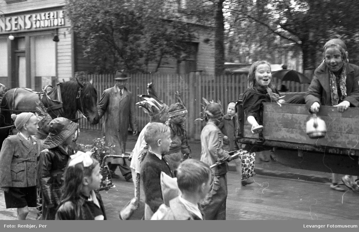 Barnas dag, Levanger, utkledde barn på lastebil og i gata.