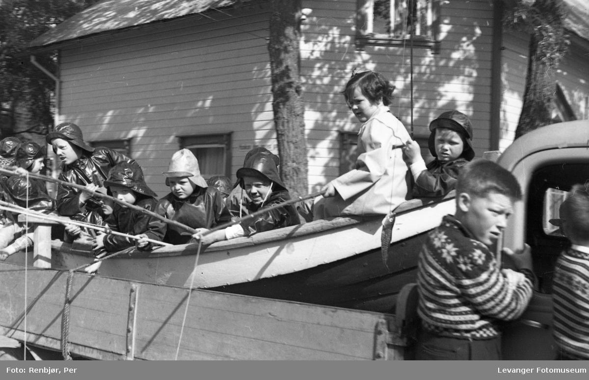 Barnas dag, Levanger, gutter utkledde som fiskere.