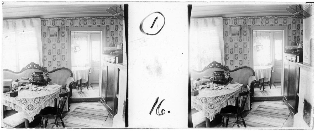 'Bildtext: ''Farmors kammare.'' :: Interiörbild av kammare med soffa, tavlor, bord med skrivmaskin, böcker, tapet, duk, angränsande veranda med bord, och stolar, mattor. Möbler. ::  :: Ingår i serie med fotonr. 5252:1-17, se även hela serien med fotonr. 5237-5267.'