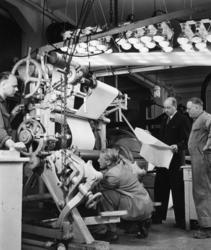 Fyra män arbetar vid djuptrycksmaskin T18 på Papyrus, okt. 1