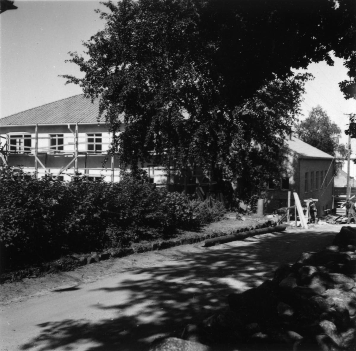 """""""Klängrosen"""" och """"Domherren"""" under byggnad."""