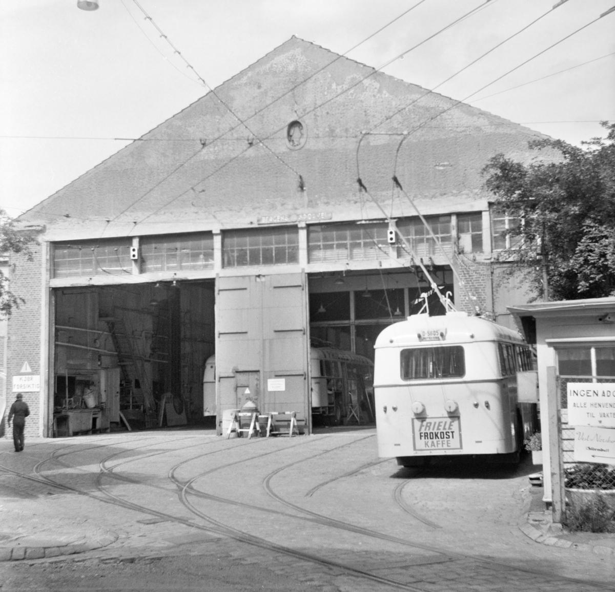 Bergen Sporveiers trikkestall er gjort om til garasje for trolleybusser. Trolleybyss type Munch står foran garasjen.