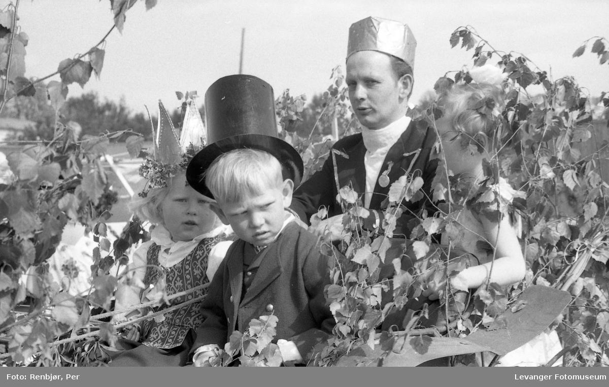 Barnas dag, Levanger, jente og gutt utkledd som brudepar.