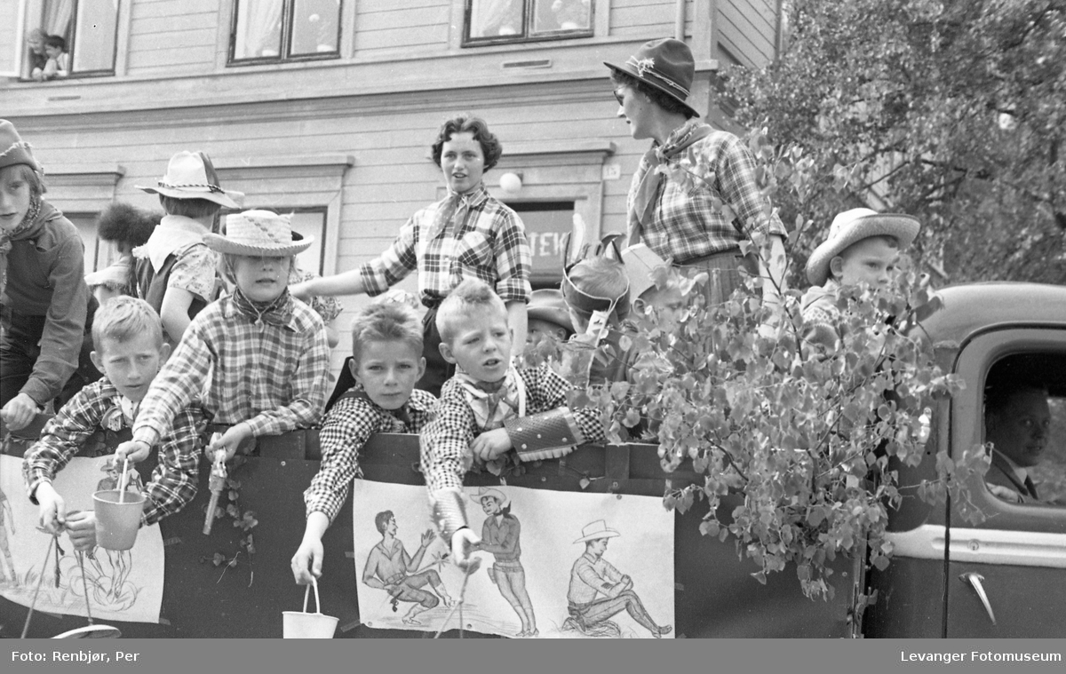 """Barnas dag, Levanger, gutter utkledde som """"cowboyer""""."""