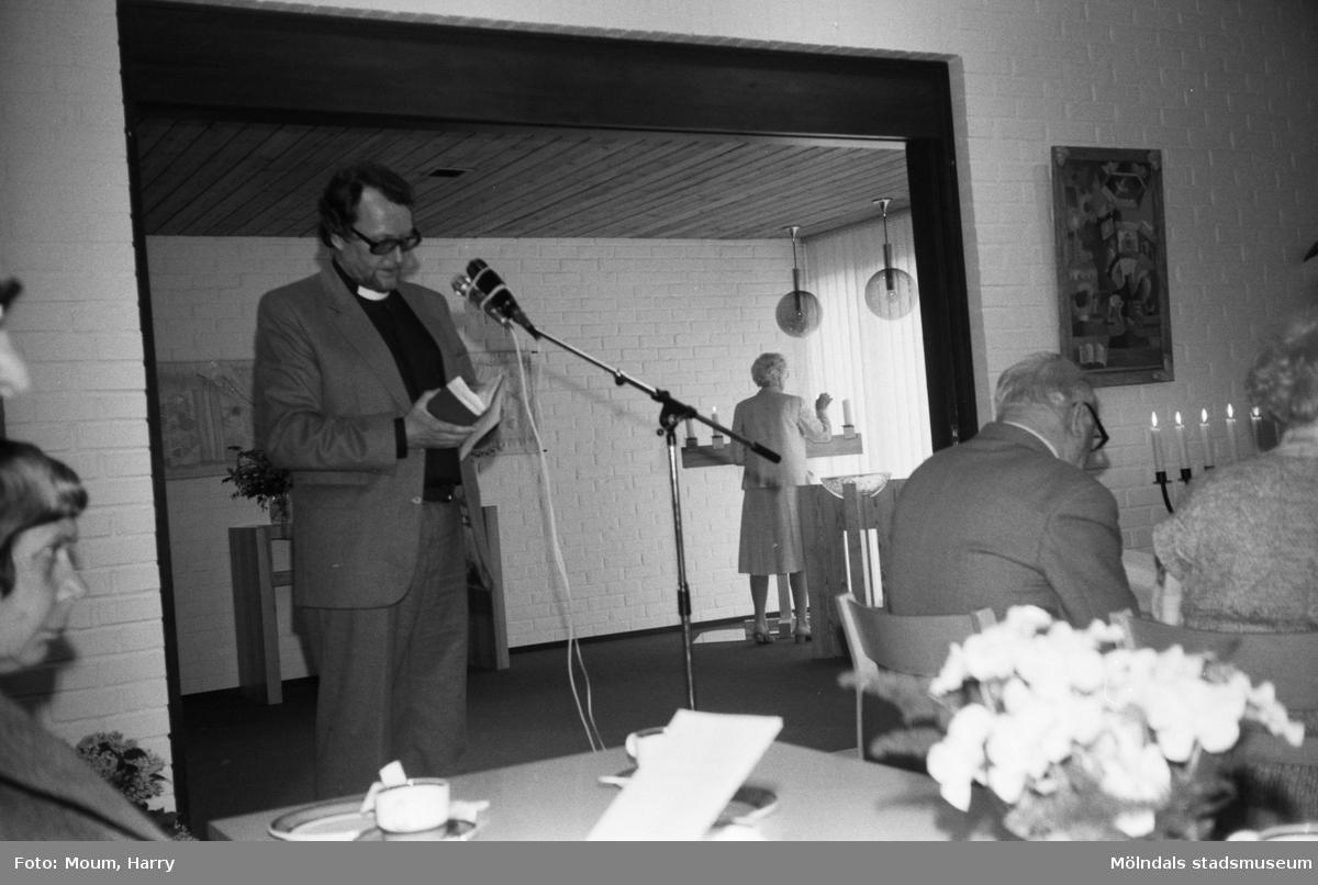 Biskop Bertil E. Gärtner besöker församlingen i Lindome, år 1983. Kyrkoherde Mats Oreklev.  För mer information om bilden se under tilläggsinformation.