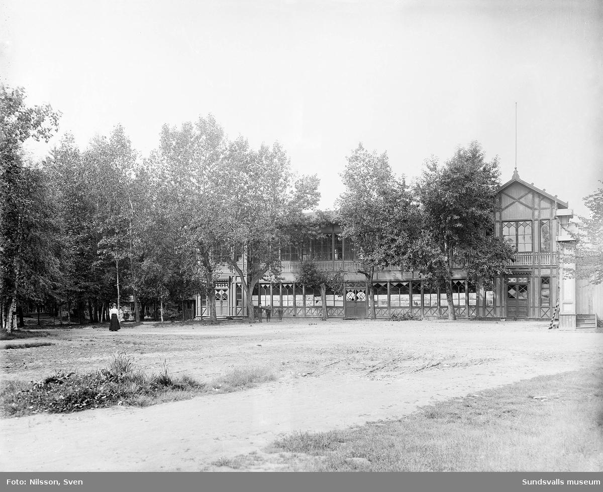 Värdshuset i nöjesparken Rullan. Verksamheten hade sin glansperiod under 1880-talet men lades ned 1894 varpå byggnaderna revs under följande år.