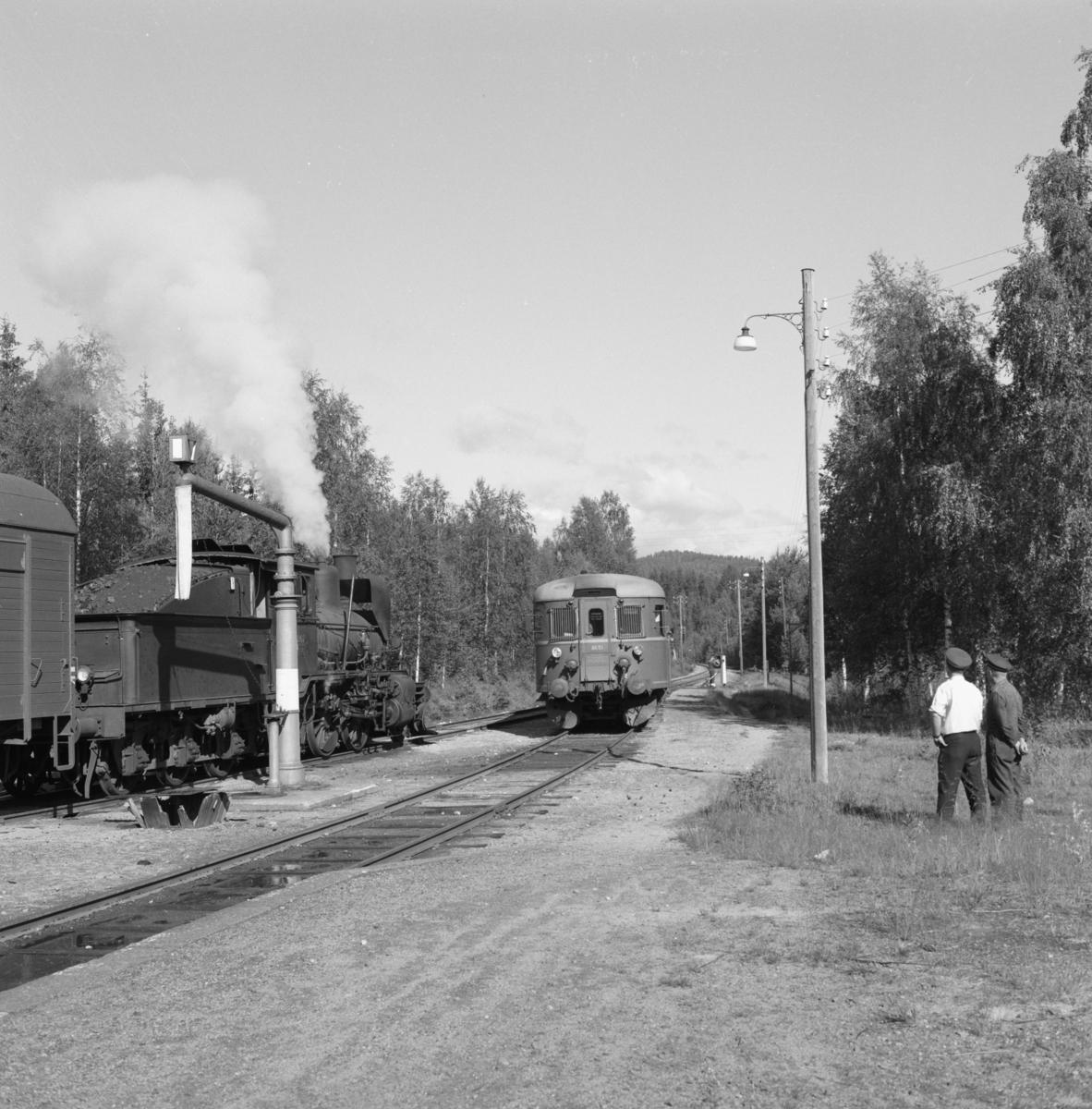 Kryssing på Lampeland stasjon mellom persontog 2196 fra Rødberg og godstog 5397 fra Kongsberg.