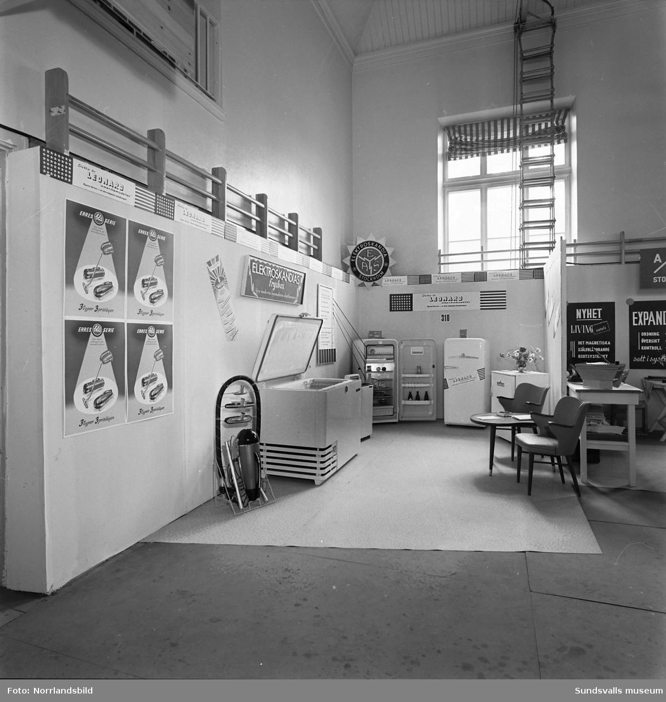 Elektroskandias monter i läroverkets gymnastiksal på Sundsvallsmässan 1954.