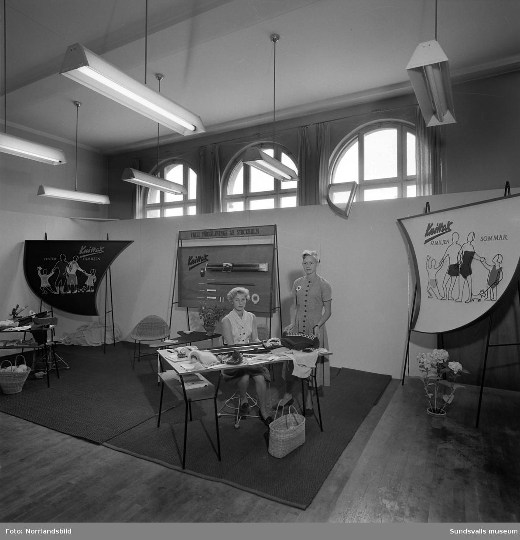 Frili Försäljnings AB visar upp Knittex stickmaskiner på Sundsvallsmässan 1954.
