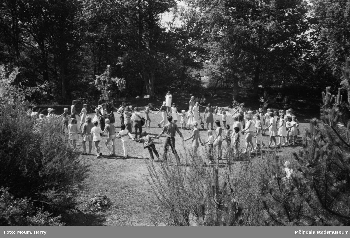 Midsommarfest i Bunketorp, Lindome, dagen före midsommarafton, år 1983. Dans kring midsommarstången.  För mer information om bilden se under tilläggsinformation.