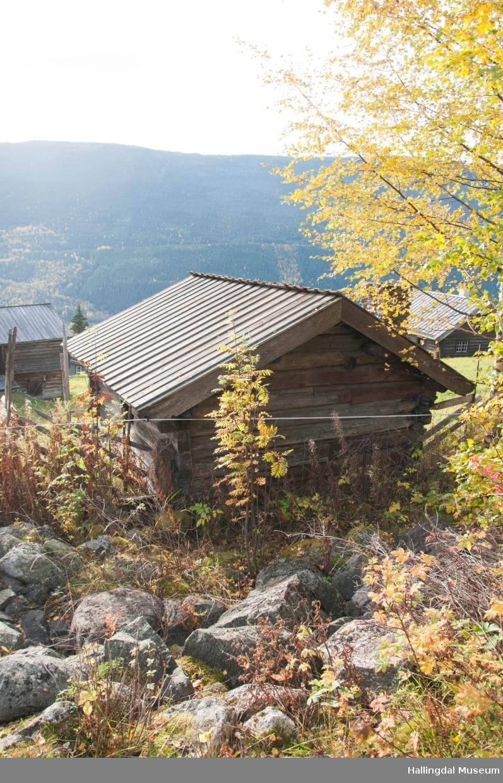 Eldhuset er laftet, har jordholv og bordtak.  Det er trolig bygd i begynnelsen av 1800-tallet.  Her bakte de, brygget, ystet, vasket klær og varmet vann.