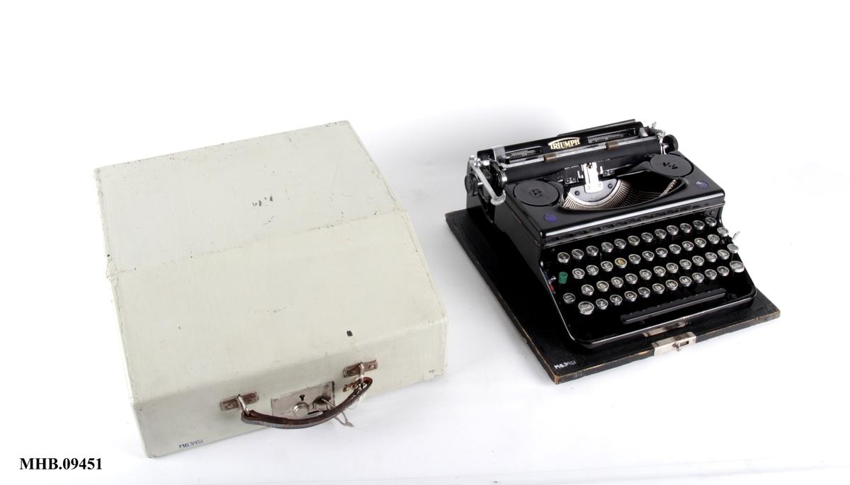 Skrivemaskin med koffert.