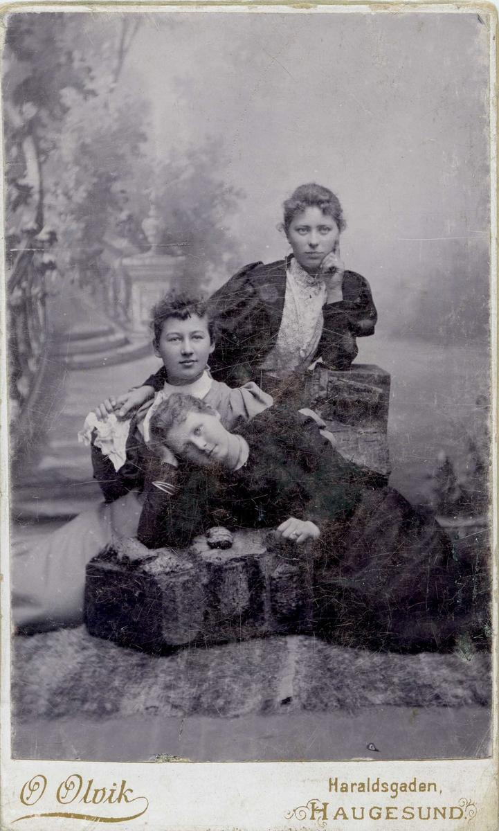 Portrett - Tre yngre damer.
