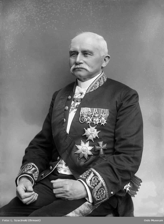 portrett, mann, hoffsjef, kammerherre, oberst, uniform, ordener, sittende halvfigur