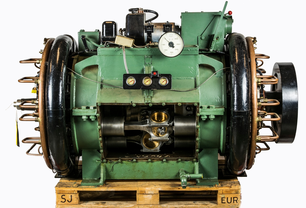 Experimentmotor Sparmann. 12 cyl diesel. Prototyp. Vevhuset konstruktion synligt genom plexiglasruta. Motorn står på pall. Motorn försedd med 2 startmotorer 24 V.