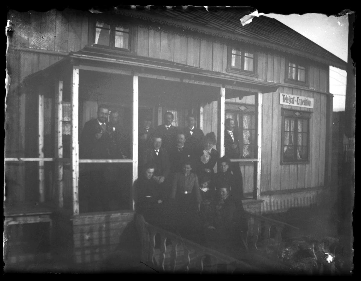 En gruppe menn og kvinner står på trappa på Telegraf-Expedition i Finnkongkeila