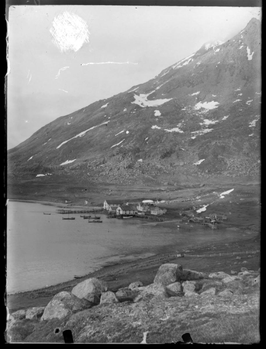 Fiskebruk i Bergsfjord fotografert fra høyden