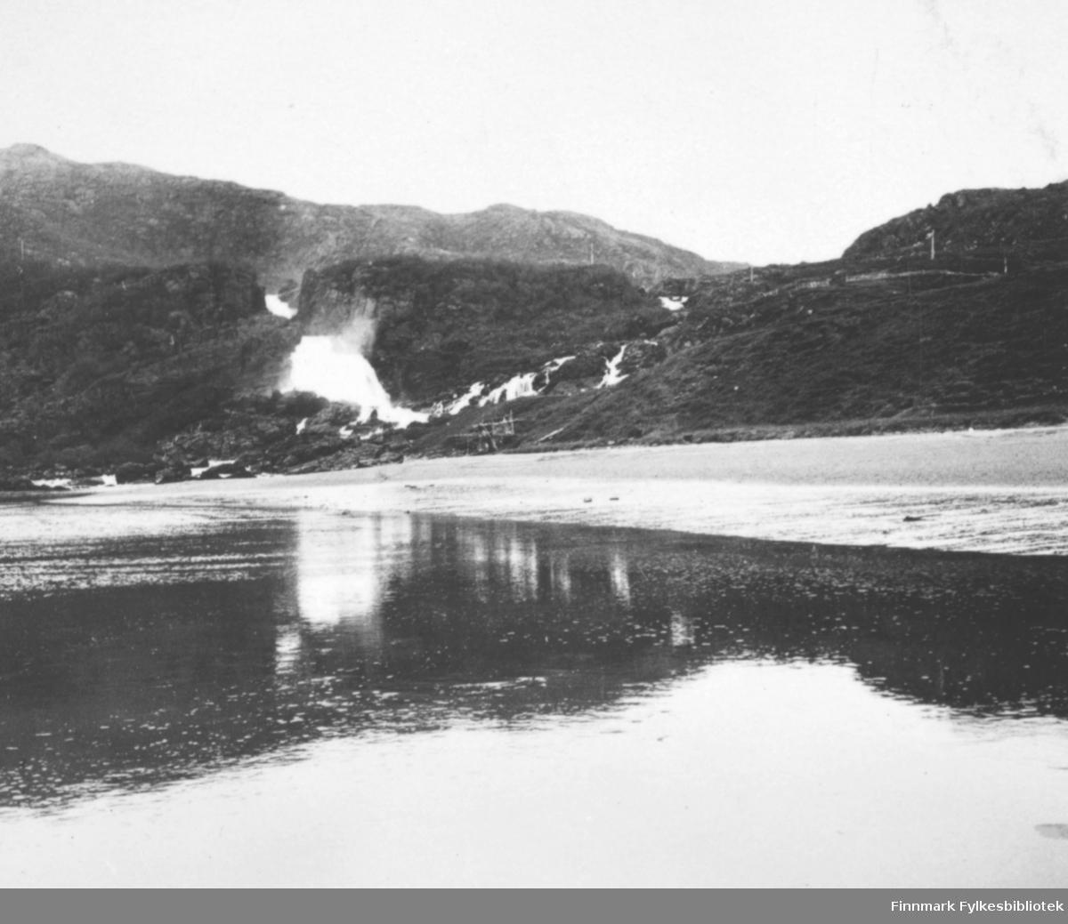Landskapsbilde fotografert fra Adamsfjord med motiv fra Adamsfossen.