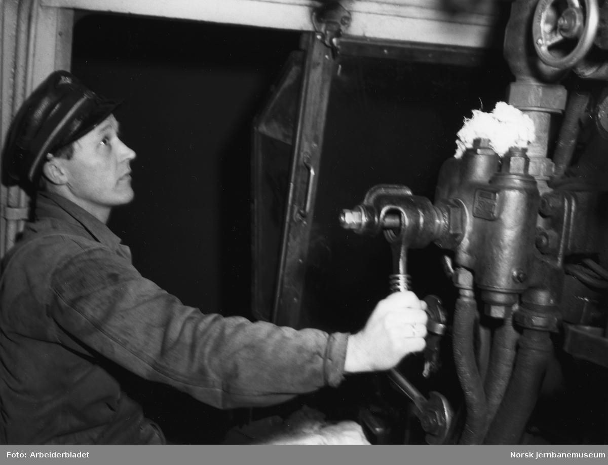 Fyrbøter i førerhytta på damplokomotiv type 49c nr. 471