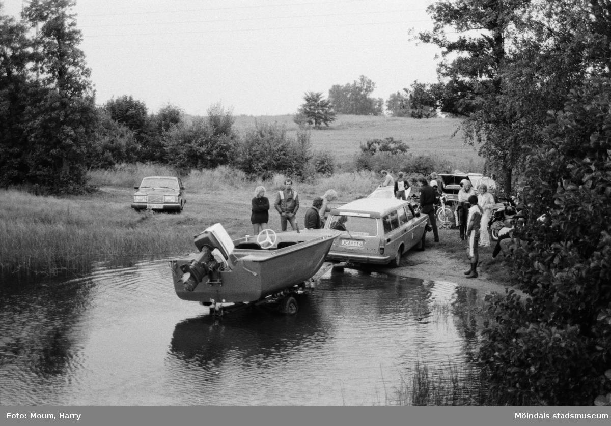 Kållereds Motorklubb har sommarfinal vid Stretereds brygga i Kållered, år 1983. Sjösättning av båt.  För mer information om bilden se under tilläggsinformation.
