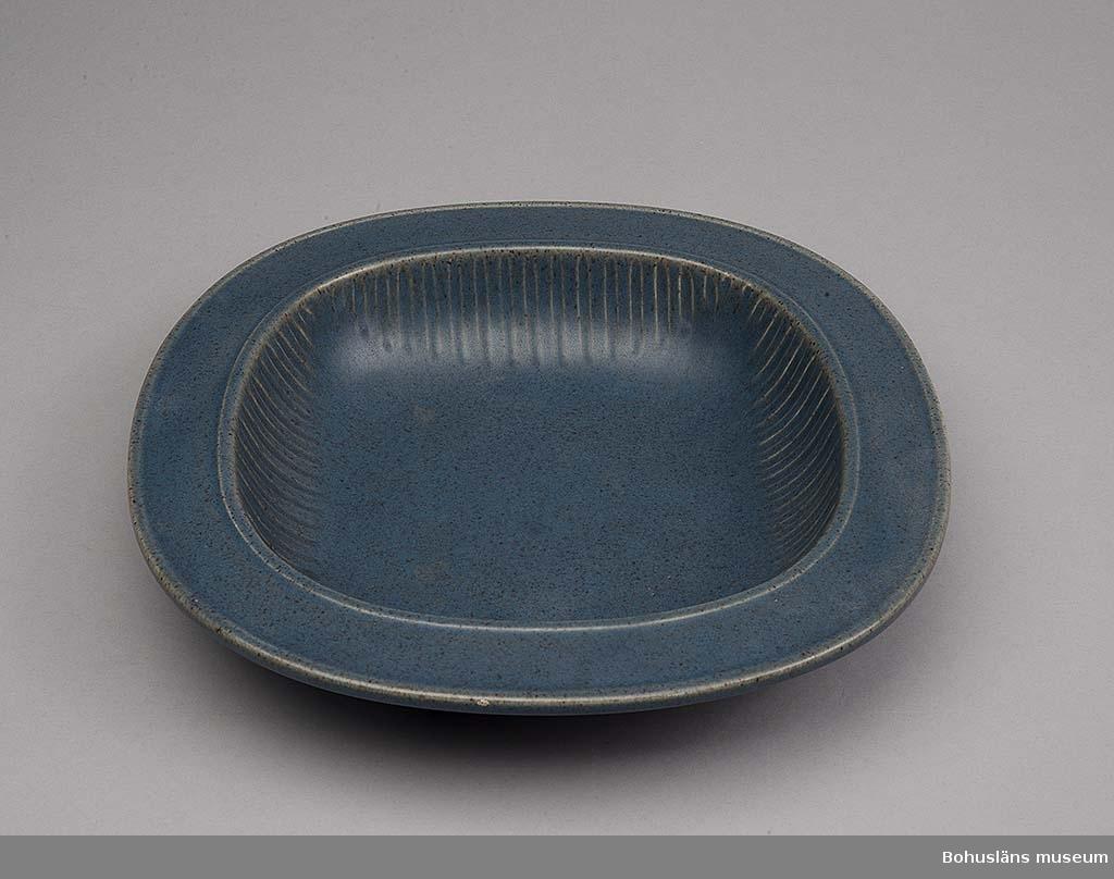 Fat i matt blåglaserat flintgods.  I botteni gjuten relief SYCO-SWEDEN 1489.   Jämför teservis UM020601: 1 - 6 i samma utförande.