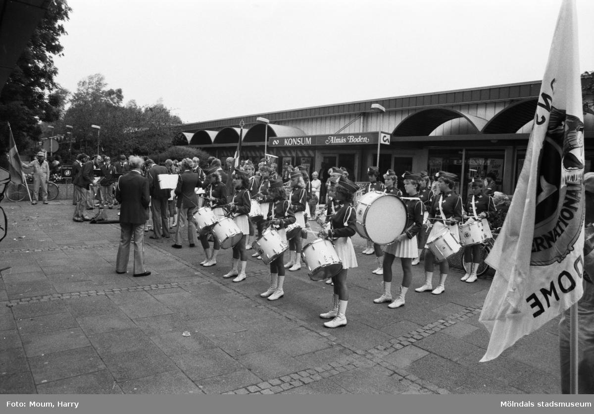 Orkestern Sæbygarden spelar i Lindome centrum, år 1983.  För mer information om bilden se under tilläggsinformation.