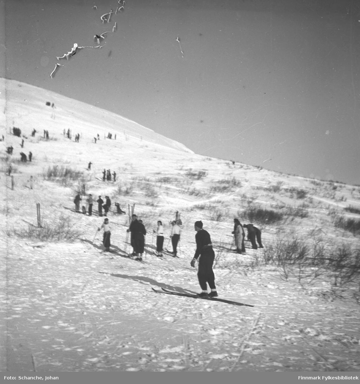 Kretsrennet på ski , Vadsø 1946. 'Olav Odden i fire faser' Her etter første hopp.