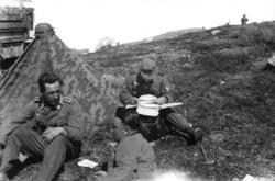 Sør-Varanger. Tyske soldater øver i Kirkenes-fjellet. Stabof