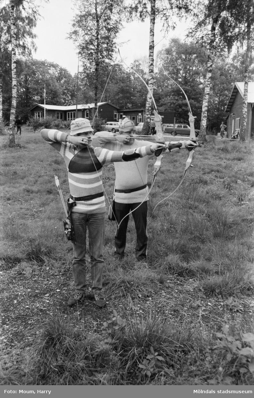 Bågskyttar i Lindome bågskytteklubb, år 1983. Jan-Erik och Morgan Lundin.  För mer information om bilden se under tilläggsinformation.