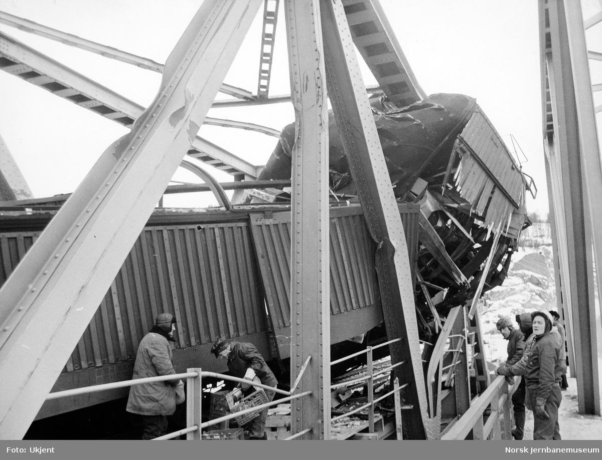 Avsporet godstog på bru over Finneidstrømmen