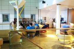Flott interiør og arkitektur i kantinen på nye Valhall PH.