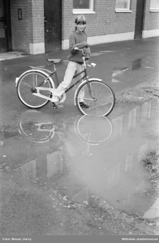 Flicka med cykel vid Våmmedalsvägen 32 i Kållered, år 1983.  För mer information om bilden se under tilläggsinformation.