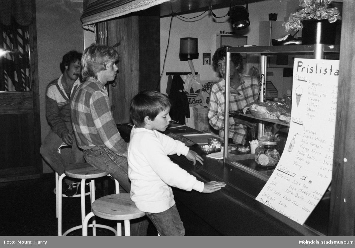 Cornelis Vreeswijk uppträder på Almåsgården i Lindome, år 1983. Fritidsgårdens kafé.  För mer information om bilden se under tilläggsinformation.
