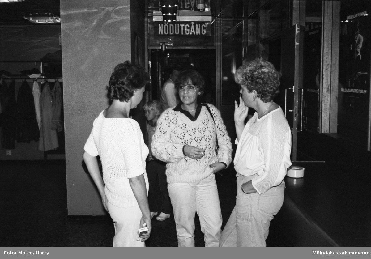 Cornelis Vreeswijk uppträder på Almåsgården i Lindome, år 1983. Tre kvinnor på fritidsgården.  För mer information om bilden se under tilläggsinformation.